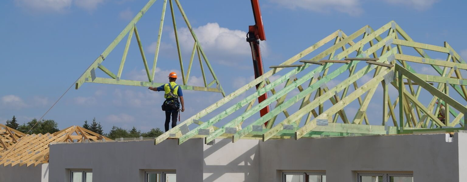 Konstrukcja dachu osiedla budynków jednorodzinnych w miejsc. Wiączyń Dolny