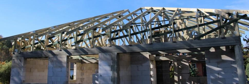 Konstrukcja dachów budynków mieszkalnych na osiedlu w miejsc. Czyżemin