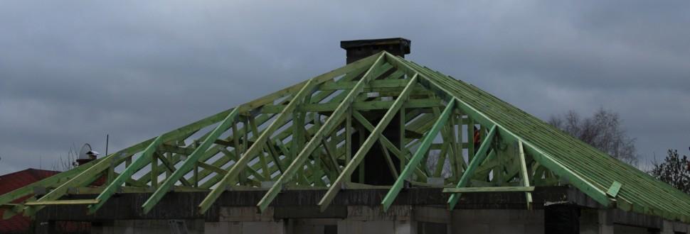 Drewniana konstrukcja dachu budynku w miejsc. Konstantyn koło Rzgowa