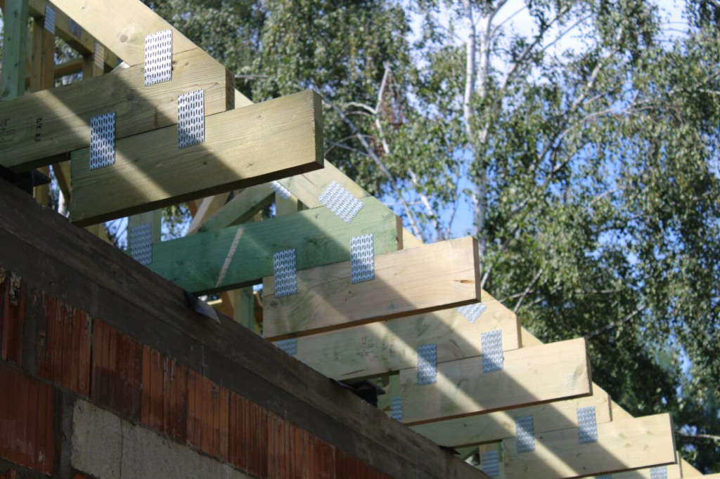 Drewniana więźba dachowa z płytkami kolczastymi