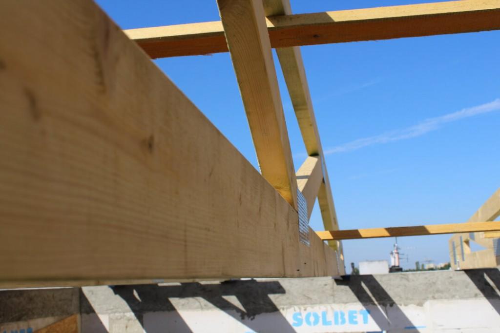 Elementy więźby drewnianej dachu budynku